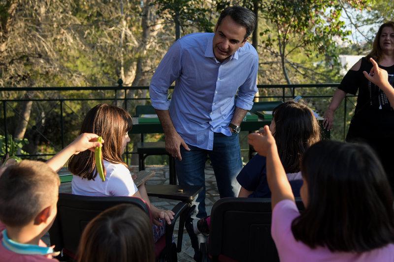 Ο Κυριάκος Μητσοτάκης μιλά με μικρά παιδιά για το περιβάλλον