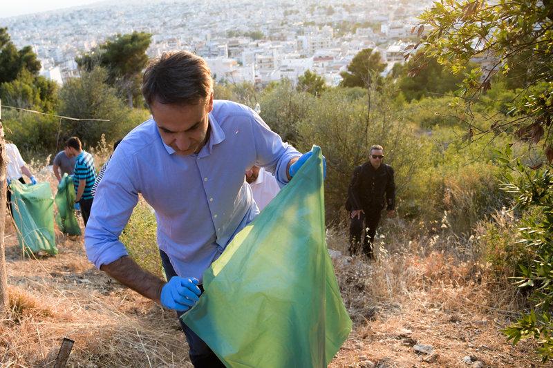 Ο Κυριάκος Μητσοτάκης μαζεύει σκουπίδια