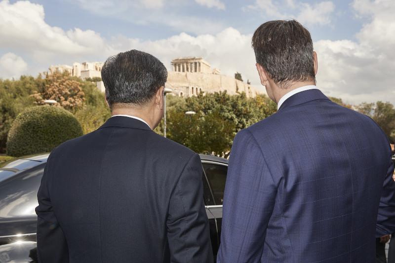 Κυριάκος Μητσοτάκης και Σι Τζινπίνγκ κοιτάζουν τη θέα στην Ακρόπολη