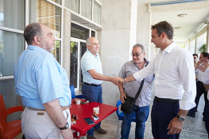 Ο Κυριάκος Μητσοτάκης συνομιλεί με κατοίκους στο Κιλκίς / Φωτογραφία: EUROKINISSI