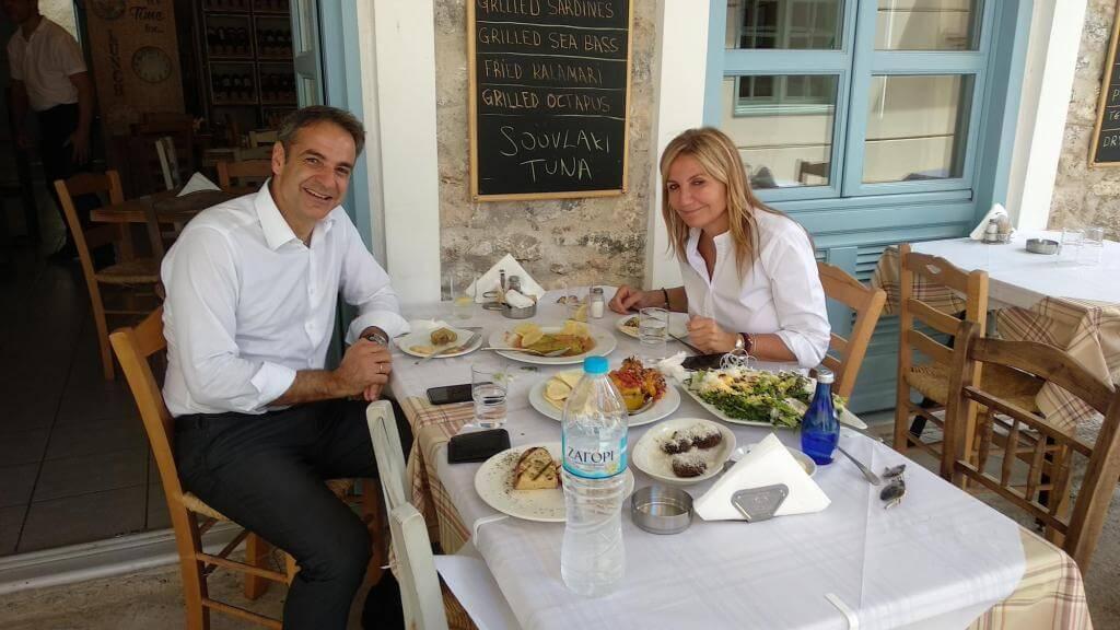 Κυριάκος Μητσοτάκης Μαρέβα Γκραμπόβσκι τρώνε σε ταβέρνα στο Ναύπλιο
