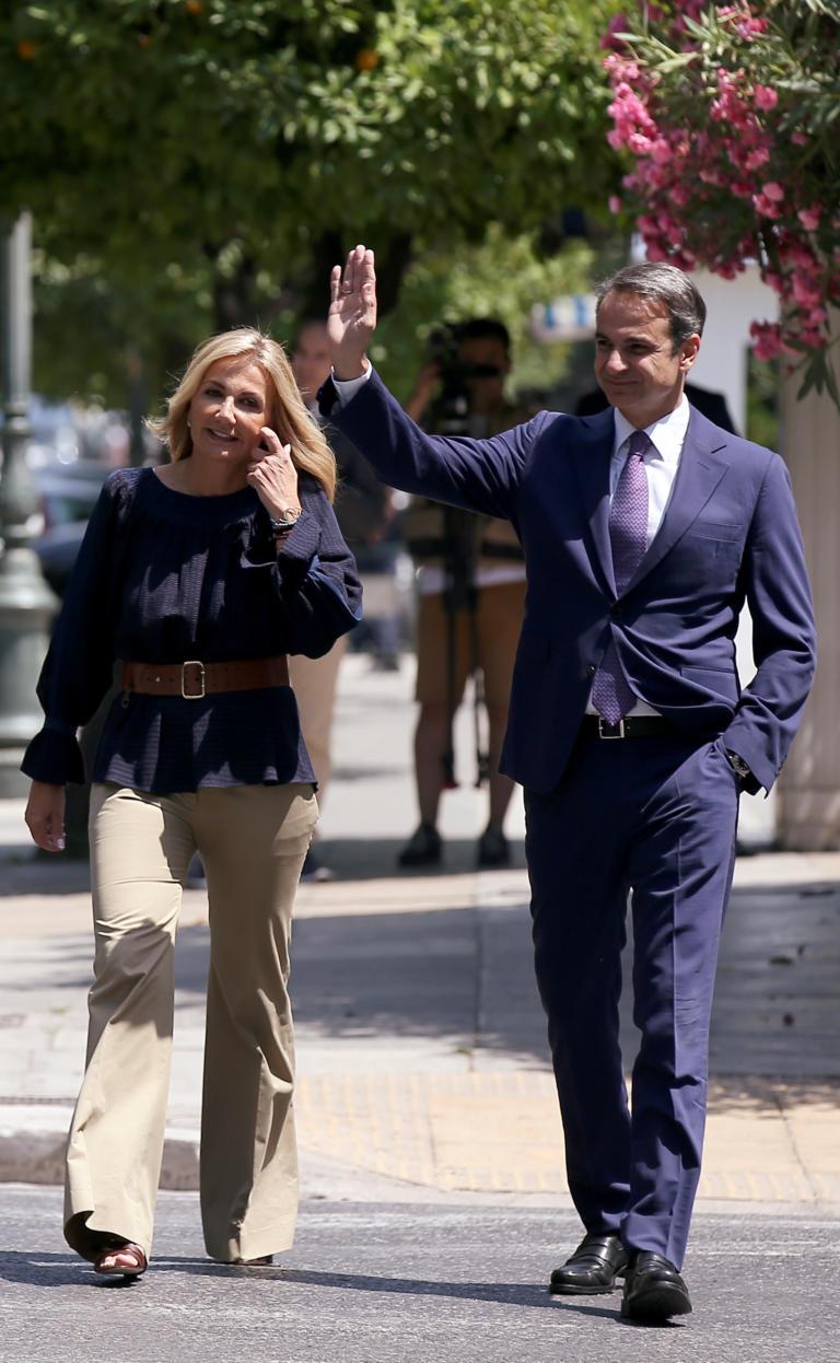 Μητσοτάκης Μαρέβα χαιρετάνε στο προεδρικό
