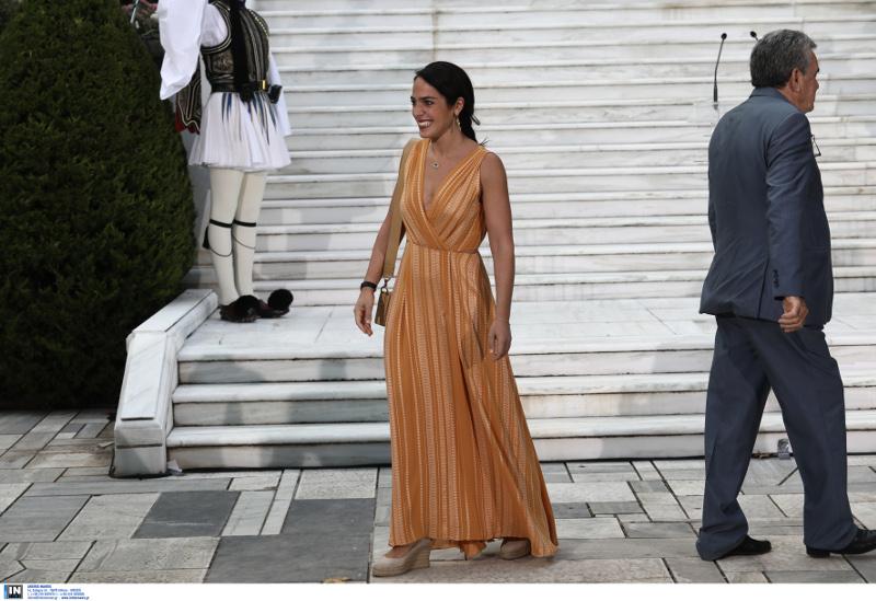 Η Δόμνα Μιχαηλίδο με πορτοκαλί φόρεμα