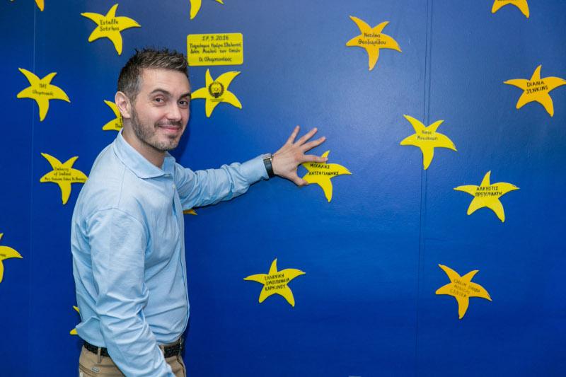 """Ο Μιχάλης Χατζηγιάννης τοποθετεί το αστέρι με το όνομά του στον """"Τοίχο των Αστεριών της ΕΛΠΙΔΑΣ"""""""