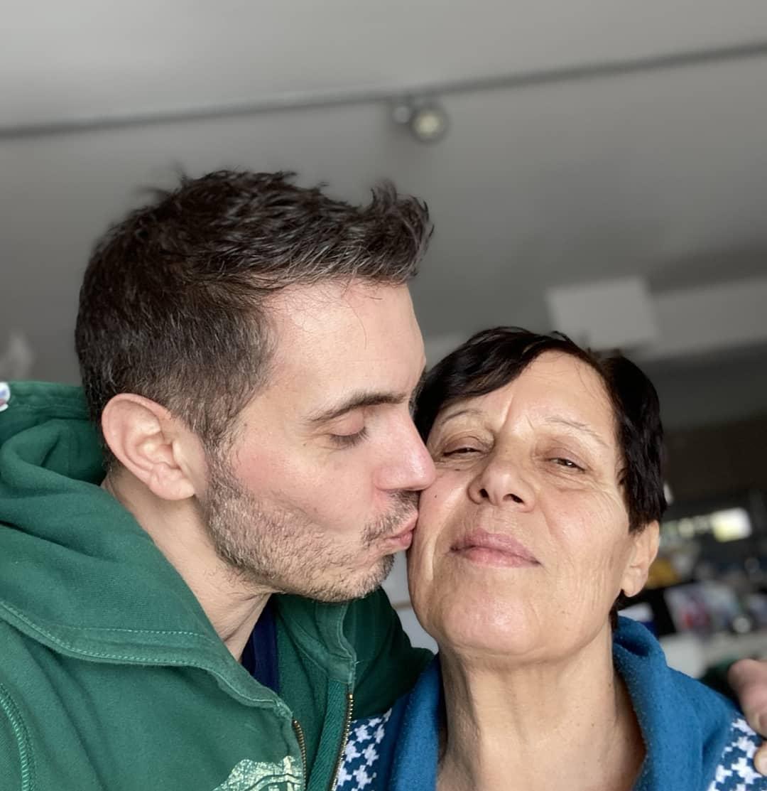 Ο Μιχάλης Χατζηγιάννης φιλά τρυφερά τη μητέρα του στο μάγουλο
