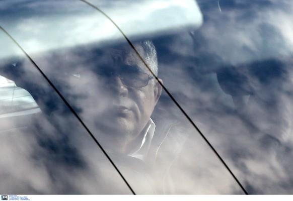 Ο Νίκος Μιχαλολιάκος στο αυτοκίνητο που τον οδηγεί στη ΓΑΔΑ