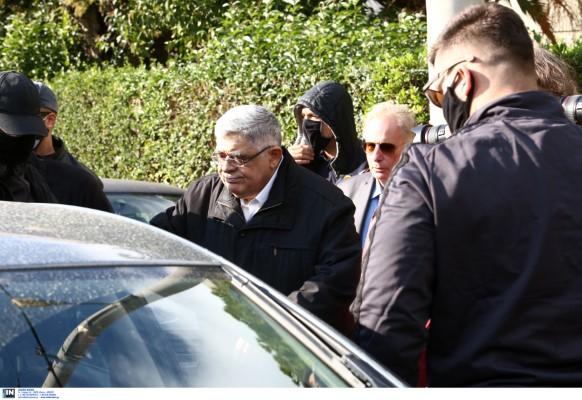 Ο Νίκος Μιχαλολιάκος έξω από το σπίτι του στην Πεύκη μπαίνει στο αυτοκίνητο που θα τον οδήσει στη ΓΑΔΑ