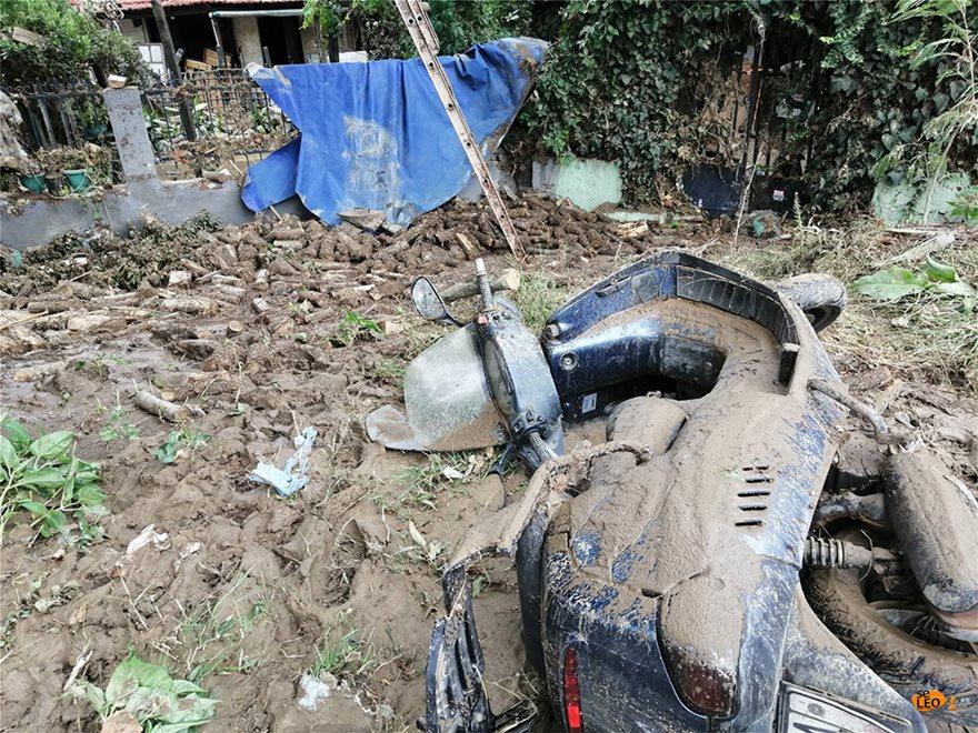 Μηχανάκι πεσμένο στο δρόμο και καλυμμένο από λάσπη