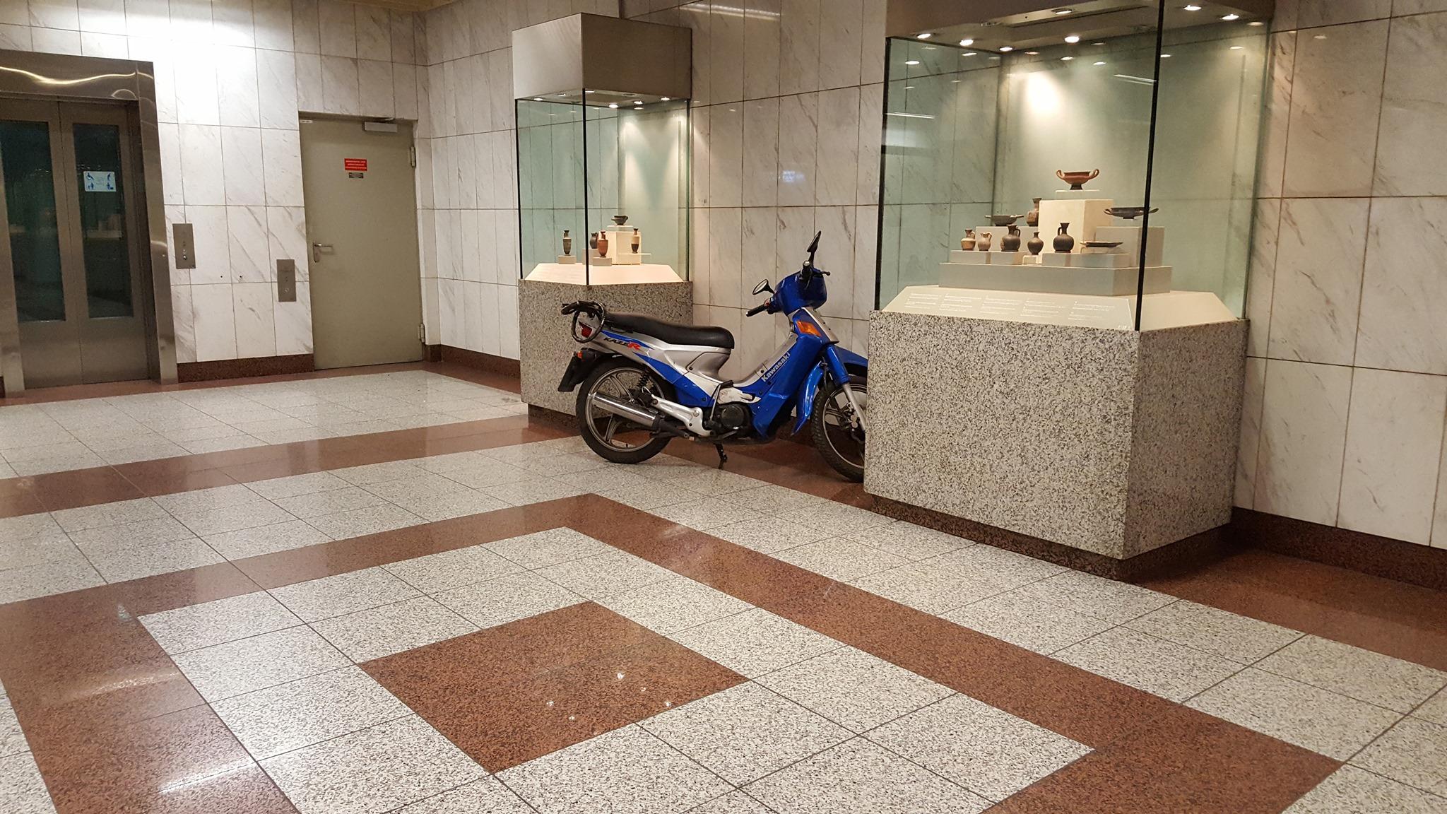 Πάρκαρε το μηχανάκι του μέσα στον σταθμό του μετρό Πανεπιστήμιο
