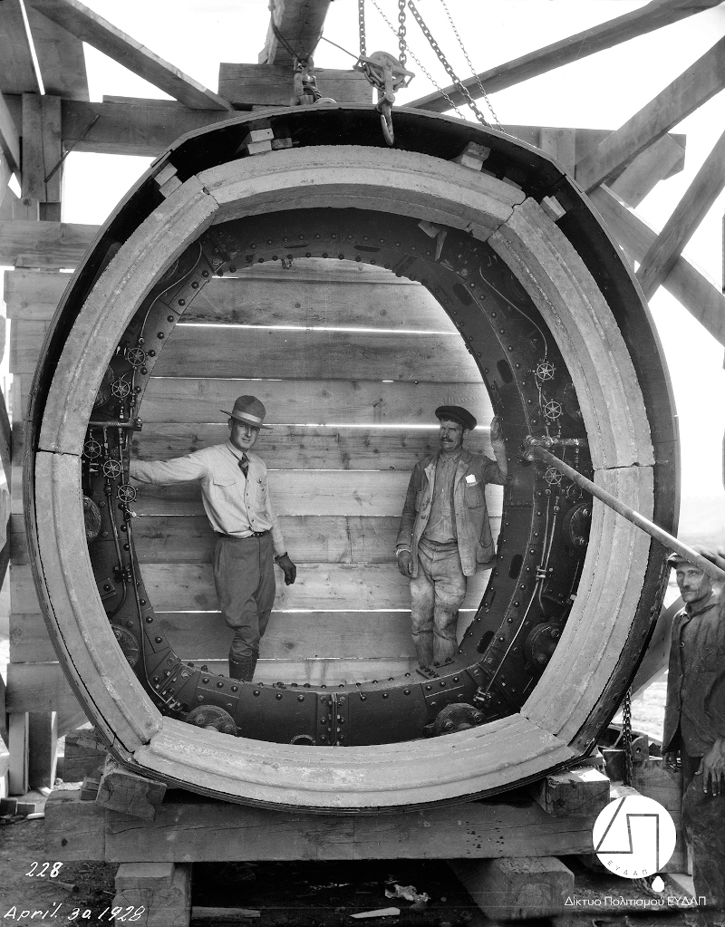 Μηχανικός και εργάτης του έργου φωτογραφίζονται στο μεγάλο μεταλλικό δακτύλιο που χρησιμοποιήθηκε για την κατασκευή της Σήραγγας του Μπογιατίου, 1928/Φωτογραφία:Ιστορικό Αρχείο ΕΥΔΑΠ