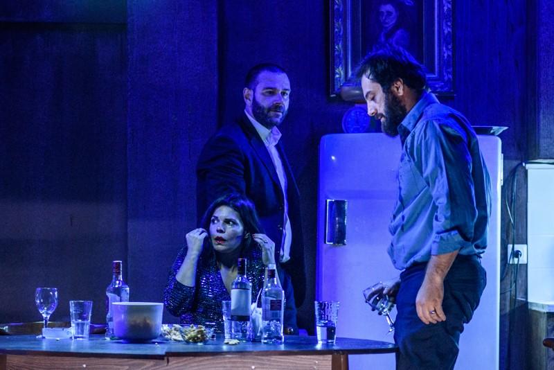 τρεις ηθοποιοί μπλε φοντο