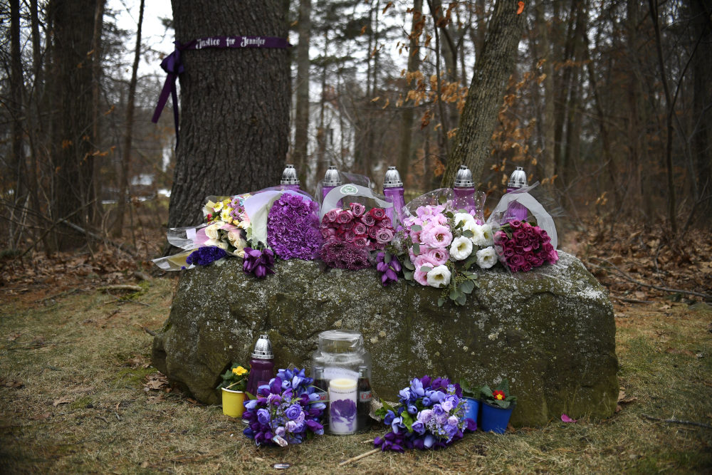 Λουλούδια και κεριά στη μνήμη της Τζένιφε, που εξαφανίστηκε τον περασμένο Μάιο και για τον φόνο της οποίας κατηγορείται ο Ελληνοαμερικανός