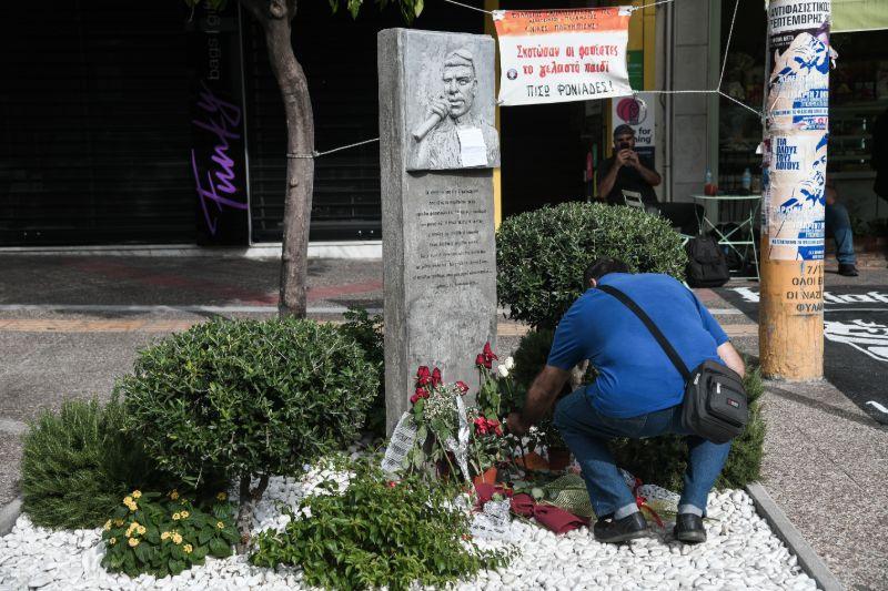Μνημείο Παύλου Φύσσα γεμάτο λουλούδια