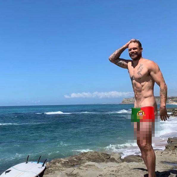 ΜΟντέλο ποζάρει δίπλα σε παραλία με τη σημαία της Πορτογαλίας