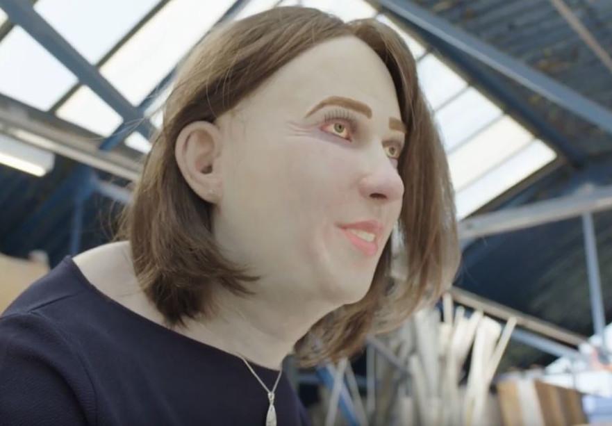 Μοντέλο κούκλα με κατακόκκινα μάτια