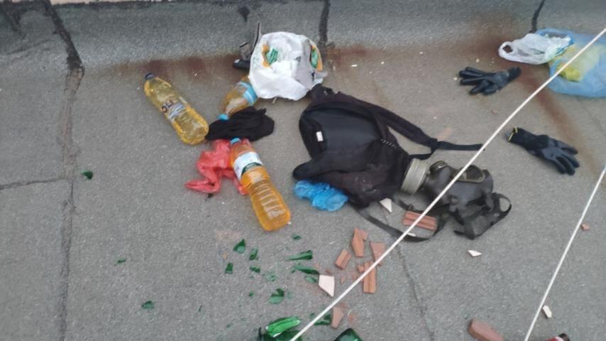 Μολότοφ, τσάντα και γάντια