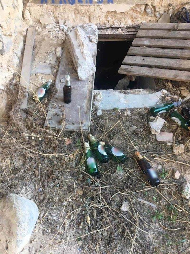 Εξάρχεια: Είκοσι (!) βόμβες μολότοφ βρέθηκαν σε εγκαταλελειμμένο κτίριο