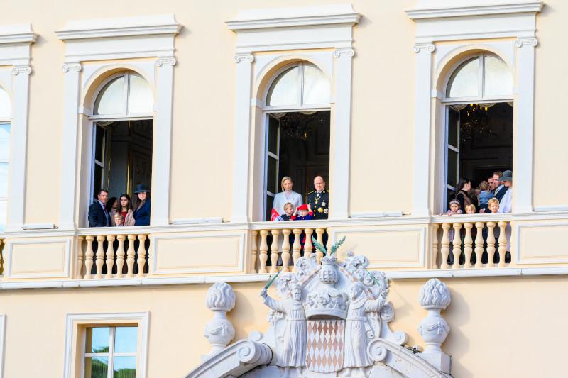 Στριμωγμένοι στα μπαλκόνια του παλατιού, τα μέλη της βασιλικής οικογένειας του Μονακό