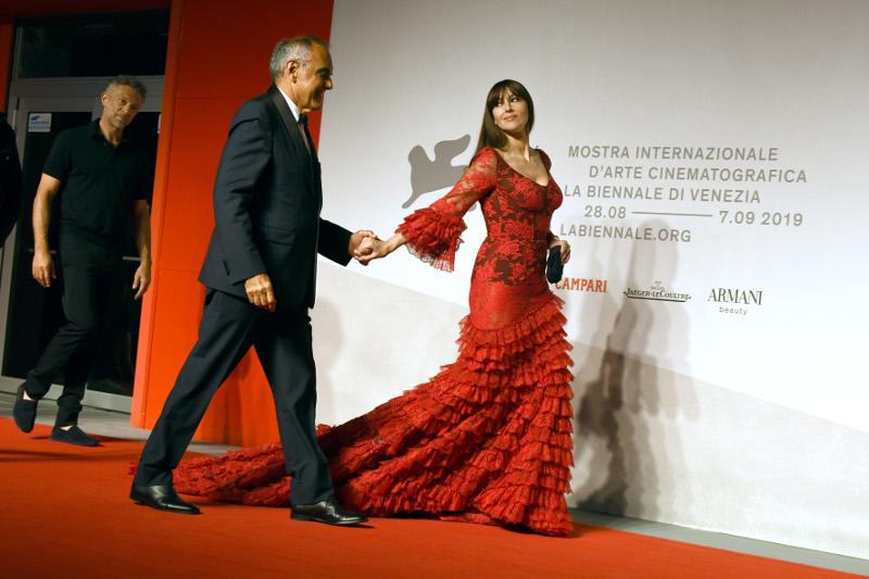 Μόνικα Μπελούτσι Φεστιβάλ Βενετίας 2019 κόκκινο φόρεμα Ακολουθεί ο Βινσάντ Κασέλ
