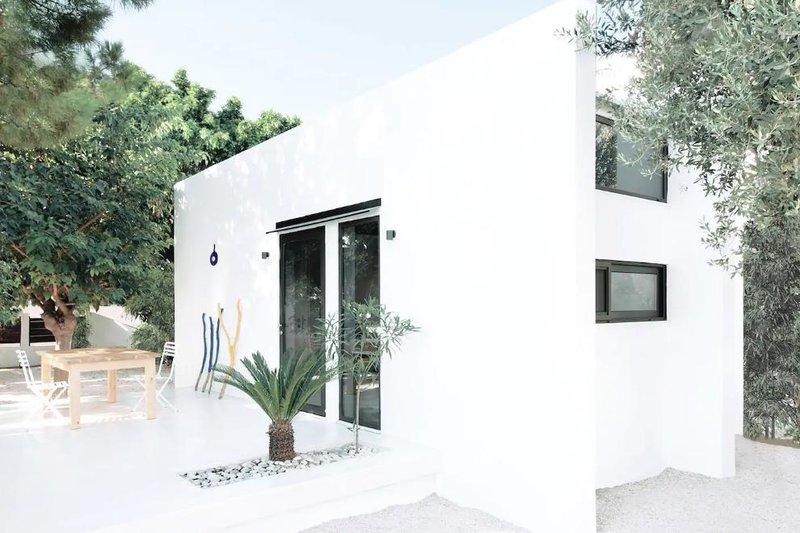 Λευκό σπίτι με μαύρα παράθυρα