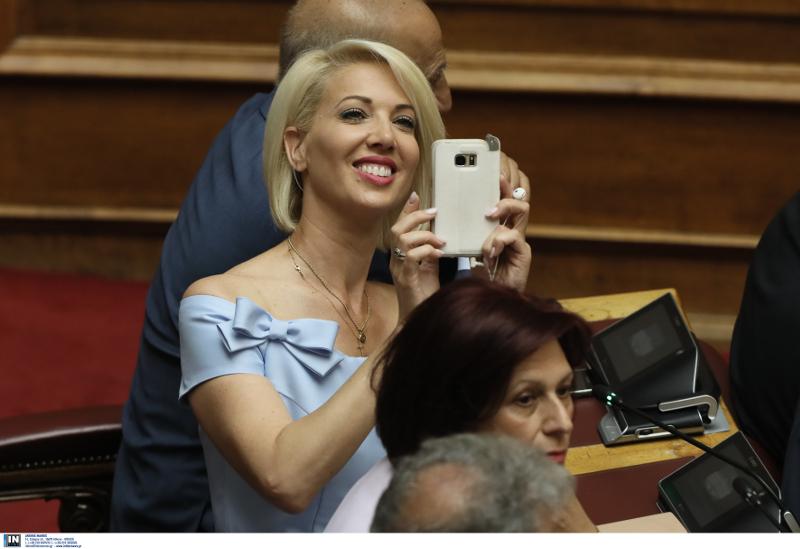 Η Κατερίνα Μονογιού έβγαζε σέλφι στην Ολομέλεια