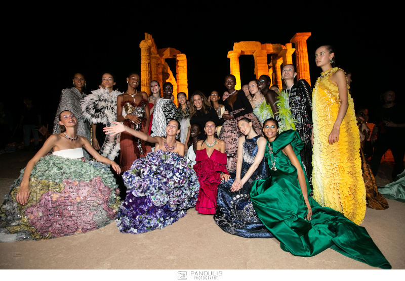 Η σχεδιάστρια Μαίρη Κατράντζου με κάποια από τα μοντέλα της που φορούν δημιουργίες της