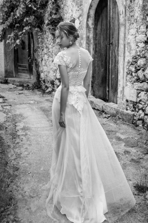 Μοντέλο περπατά στα Ρούστικα Ρεθύμνου, φορώντας νυφικό της Σοφίας Κοκοσαλάκη
