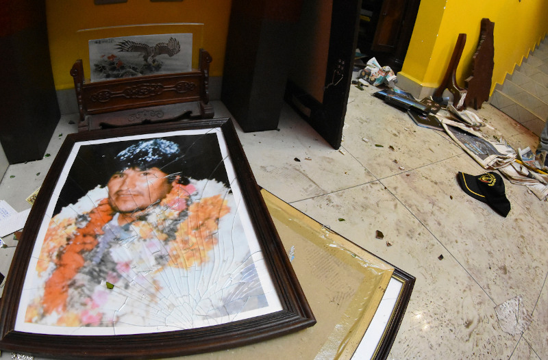 Σπασμένο πορτραίτο του Εβο Μοράλες σε σπίτι