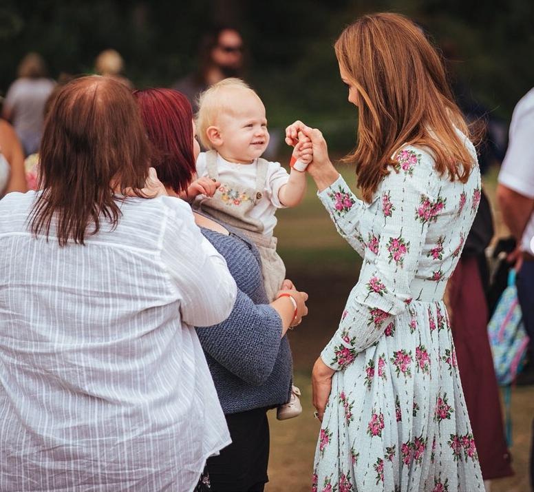 Η Κέιτ Μίντλετον χαιρετά ένα μωρό