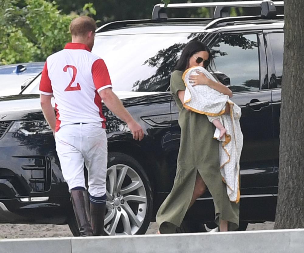 Η Μέγκαν Μαρκλ βρέθηκε στον αγώνα πόλο με το μωρό της για να στηρίξουν τον πρίγκιπα Χάρι