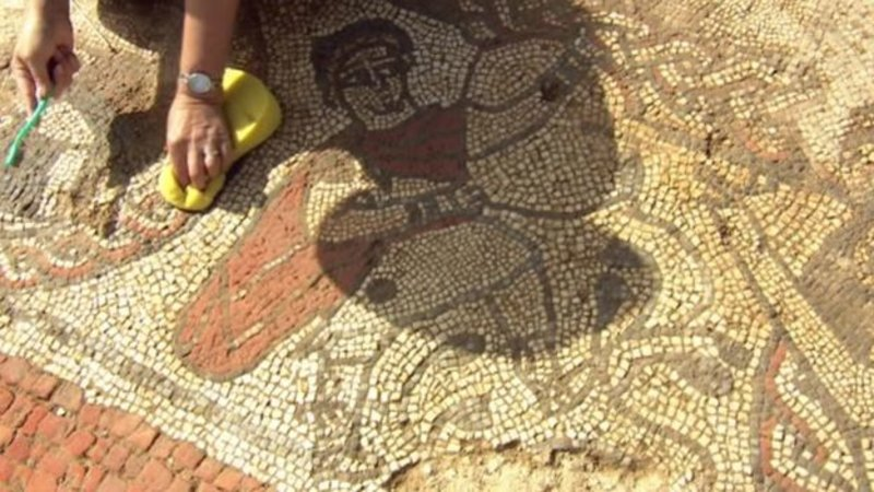 Εθελοντές έπλυναν το μωσαϊκό για πρώτη φορά μετά από 17 αιώνες.