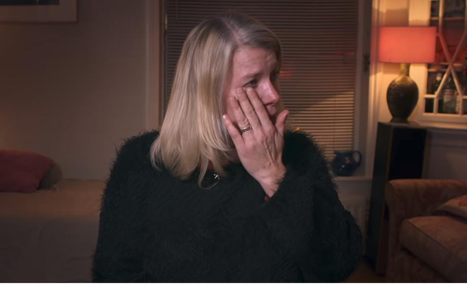 Μητέρα κλαίει μπροστά στην κάμερα