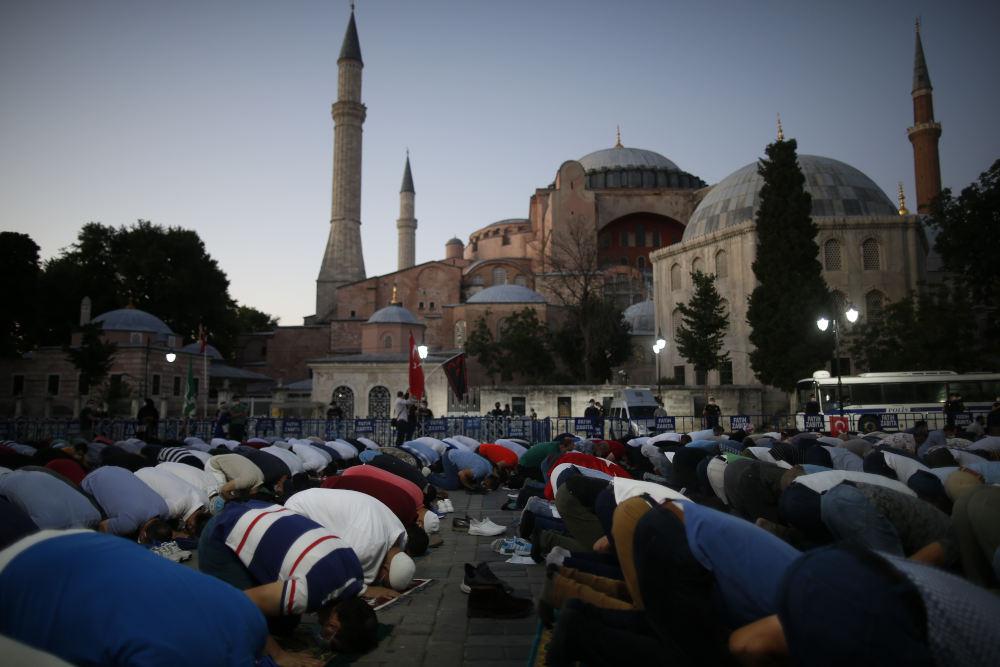 Δεκάδες μουσουλμάνοι προσεύχονται έξω από την Αγιά Σοφιά, μετά την απόφαση Ερντογάν να την μετατρέψει σε τζαμί