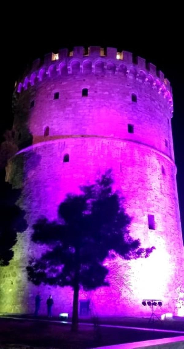 Μωβ φωταγωγήθηκε ο Λευκός Πύργος