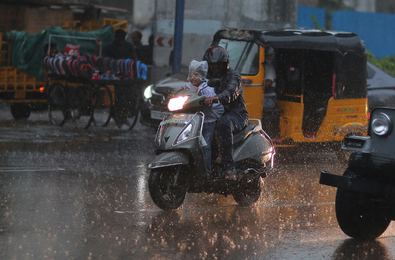 Οι άνθρωποι προσπαθούν να προστατευτούν από τις συνεχόμενες βροχοπτώσεις