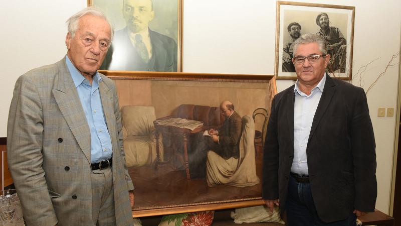 Κουτσούμπας και Μπάφας στέκονται δίπλα σε πίνακα του Λένιν