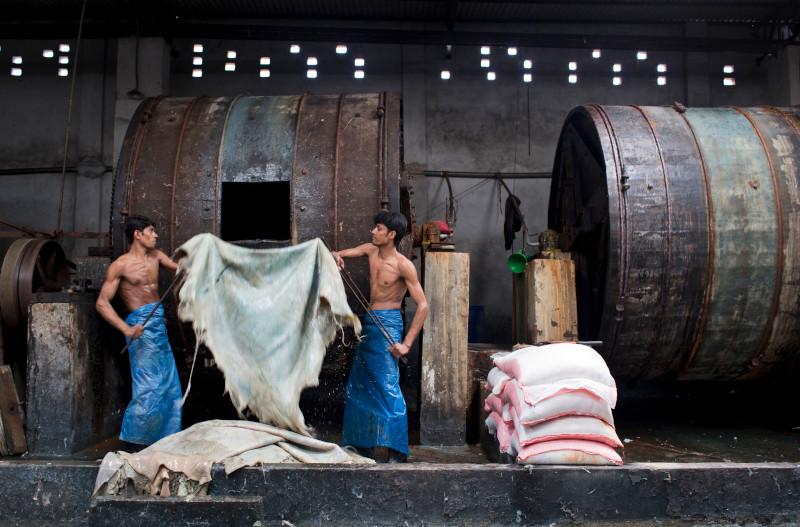Εργάτες επεξεργάζονται δέρμα μέσα σε ένα εργοστάσιο στην πολύ μολυσμένη περιοχή βυρσοδεψίας Hazaribagh στις όχθες του ποταμού Buriganga στη Ντάκα του Μπαγκλαντέ