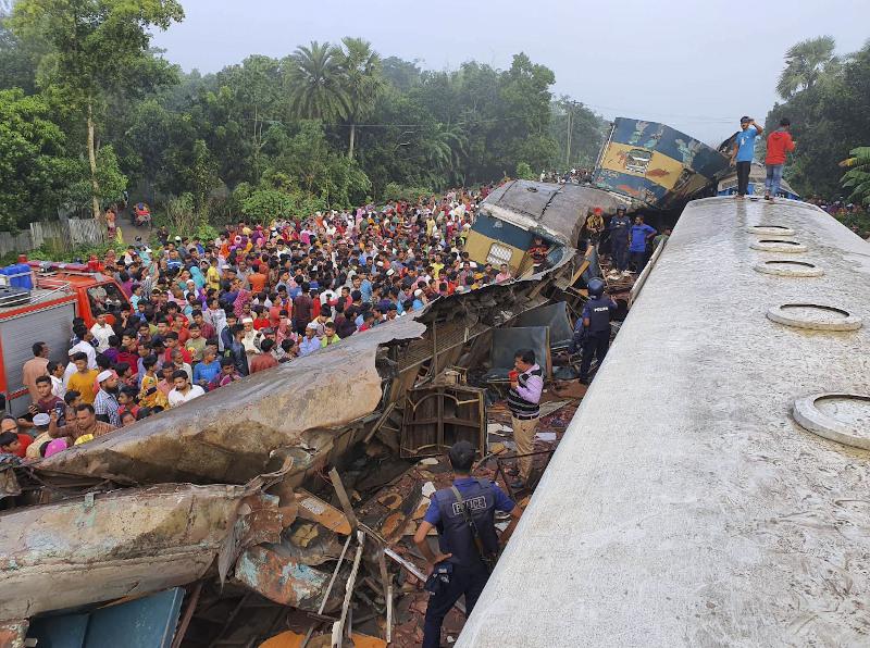 Πλήθος κόσμου μπροστά από τα τρένα τα οποία συγκρούστηκαν
