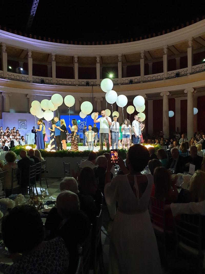 Λευκά μπαλόνια στα χέρια παιδιών