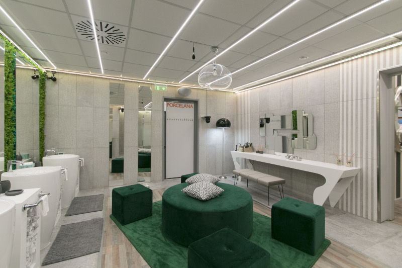 Σε πράσινους τόνους το μπάνιο.