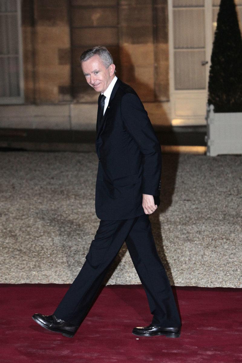 Ο Μπερνάρ Αρνό περπατά σε κόκκινο χαλί