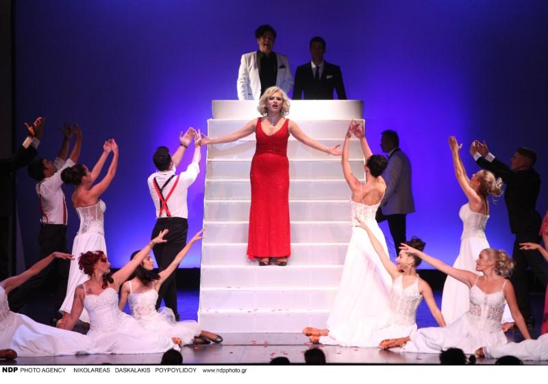 Η Μπέσυ Μάλφα με κόκκινο φόρεμα στην παράσταση Η Παριζιάνα