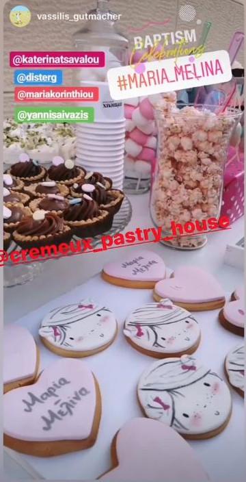Μπισκοτάκια με το όνομα της μικρής και γλυκά για τους καλεσμένους της βάφτισης
