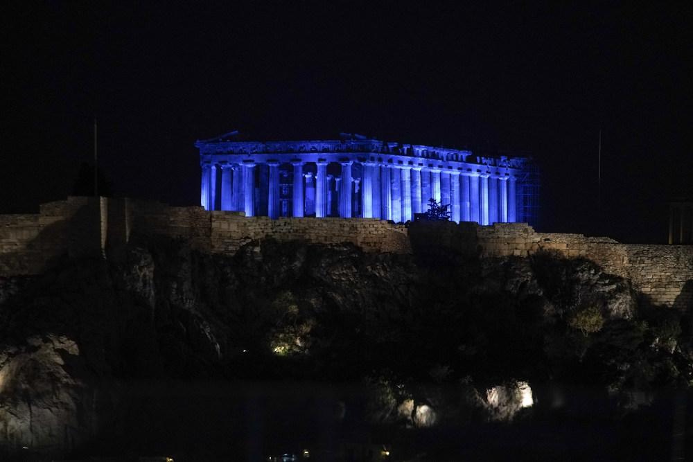 Η ασυνήθιστη εικόνα της Ακρόπολης βαμμένης μπλε