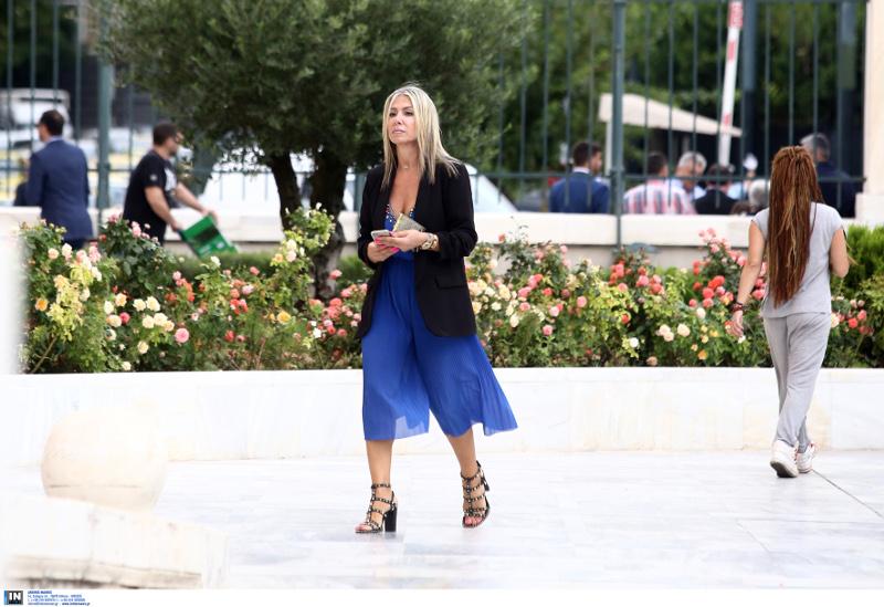 Η κυρία με τα μπλε που τράβηξε τα βλέμματα