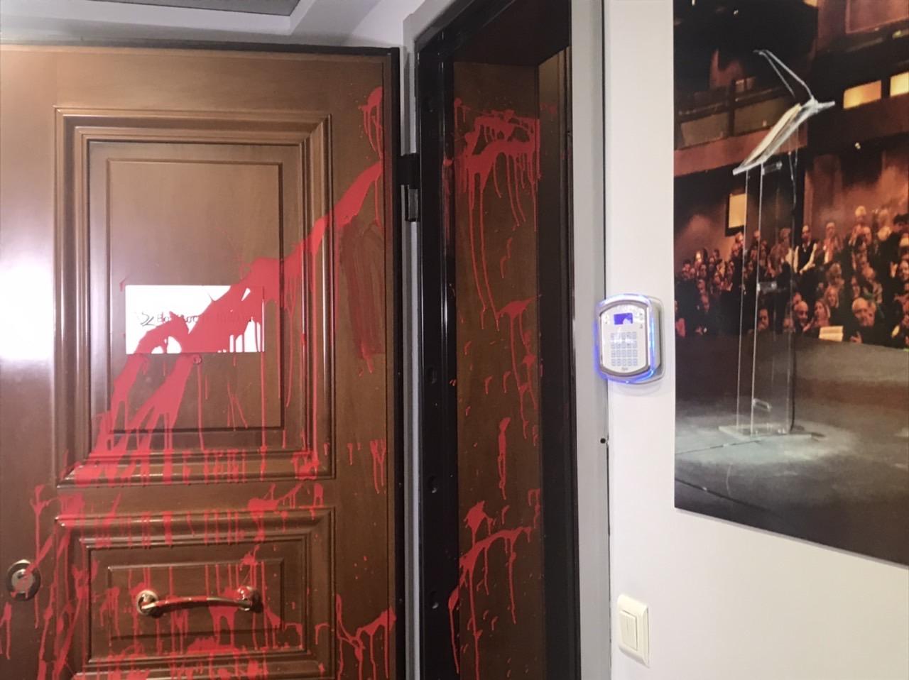 Γεμάτη κόκκινη μπογιά η πόρτα του πολιτικού γραφείου του Βασίλη Κικίλια