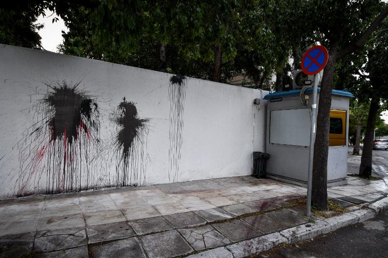 Μαύρες μπογιές στον τοίχο δίπλα από το φυλάκιο