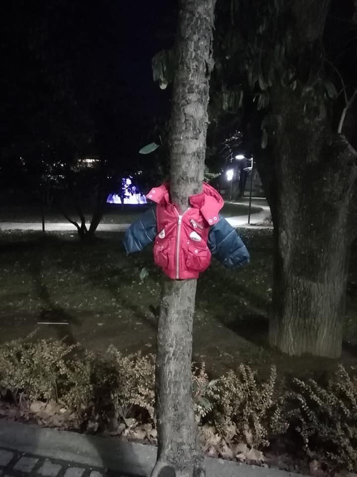 παιδικό μπουφάν σε δέντρο