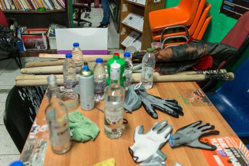 Μπουκάλια και ρόπαλα σε τραπέζι