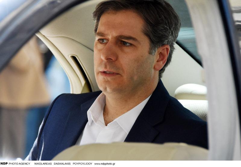 Ο Αλέξανδρος Μπουρδούμης μέσα στο αυτοκίνητο.